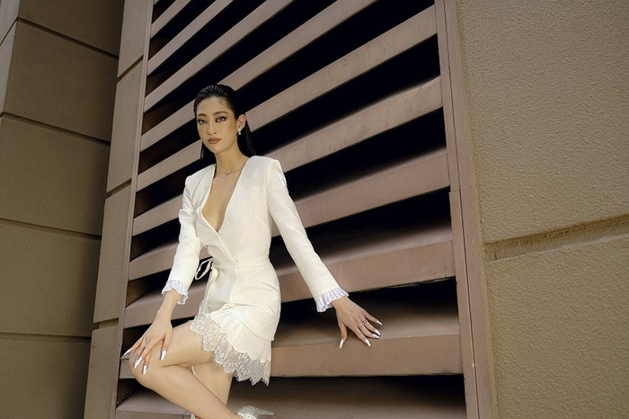 Hoa hậu Lương Thùy Linh khoe eo thon, ngực đầy trong loạt trang phục trắng tinh khiết Ảnh 5