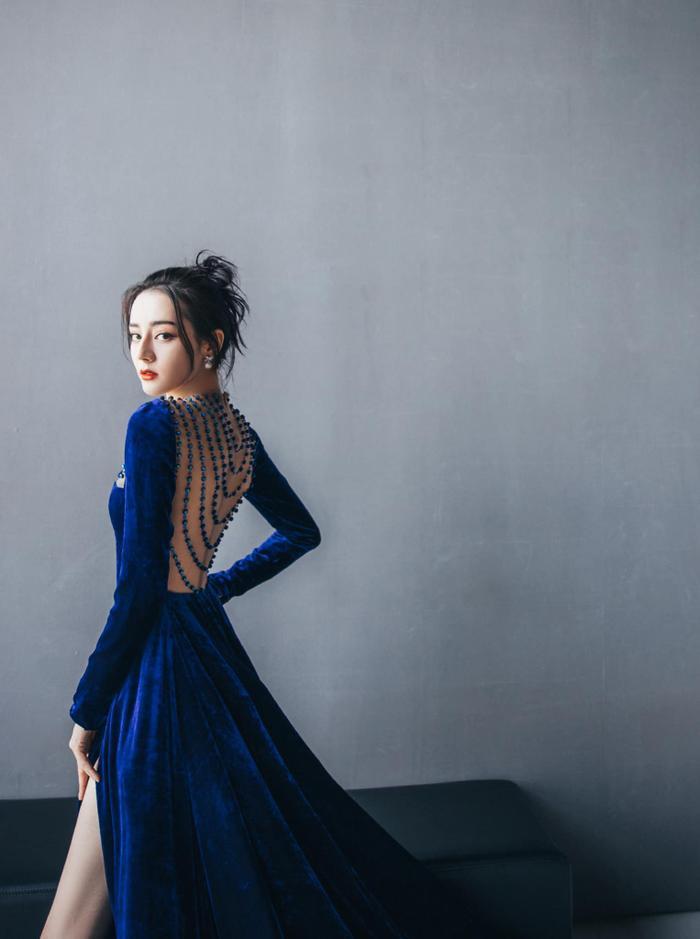 Địch Lệ Nhiệt Ba diện váy vô tình khoe khéo tấm lưng trần thơ mộng Ảnh 2