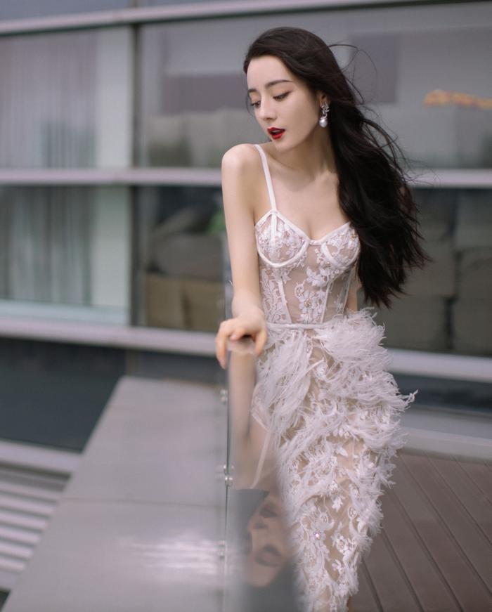 Địch Lệ Nhiệt Ba diện váy vô tình khoe khéo tấm lưng trần thơ mộng Ảnh 9