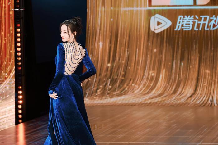 Địch Lệ Nhiệt Ba diện váy vô tình khoe khéo tấm lưng trần thơ mộng Ảnh 4