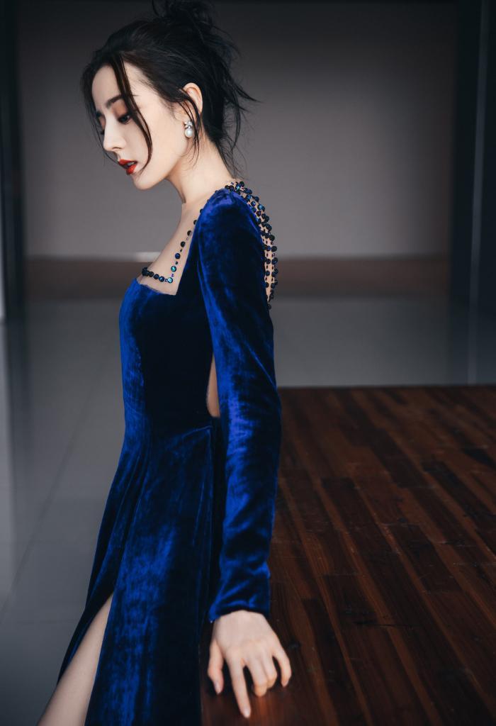 Địch Lệ Nhiệt Ba diện váy vô tình khoe khéo tấm lưng trần thơ mộng Ảnh 1