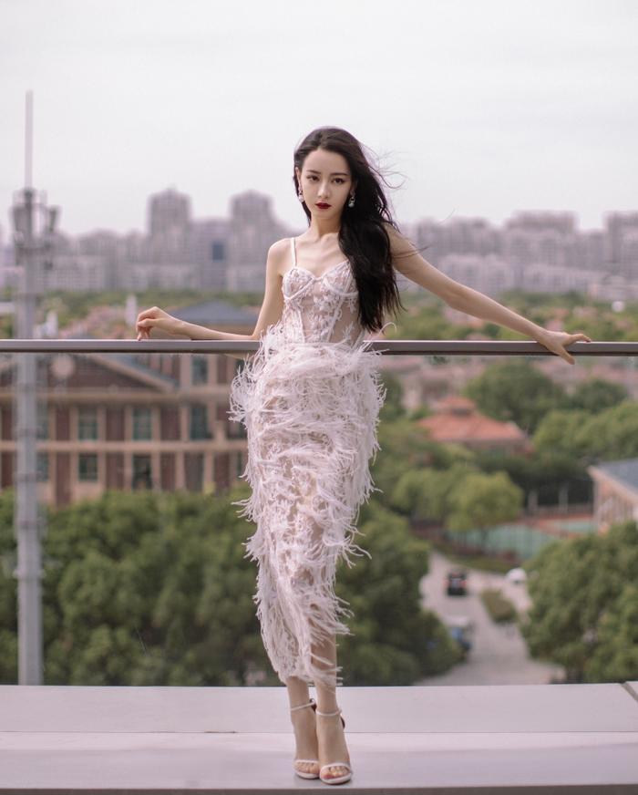Địch Lệ Nhiệt Ba diện váy vô tình khoe khéo tấm lưng trần thơ mộng Ảnh 8