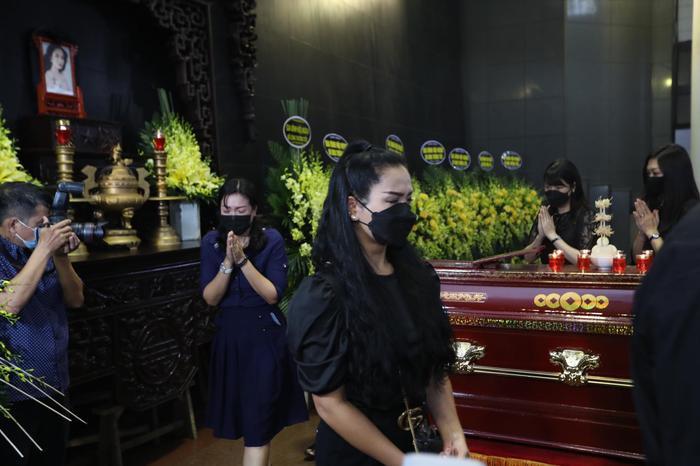 Tang lễ đẫm nước mắt của Hoa hậu Thu Thủy: Dòng người bật khóc tiễn đưa một 'hồng nhan bạc phận' Ảnh 8