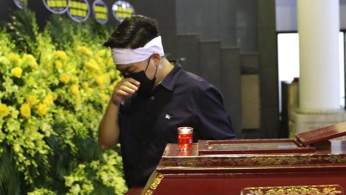 Tang lễ đẫm nước mắt của Hoa hậu Thu Thủy: Dòng người bật khóc tiễn đưa một 'hồng nhan bạc phận' Ảnh 9