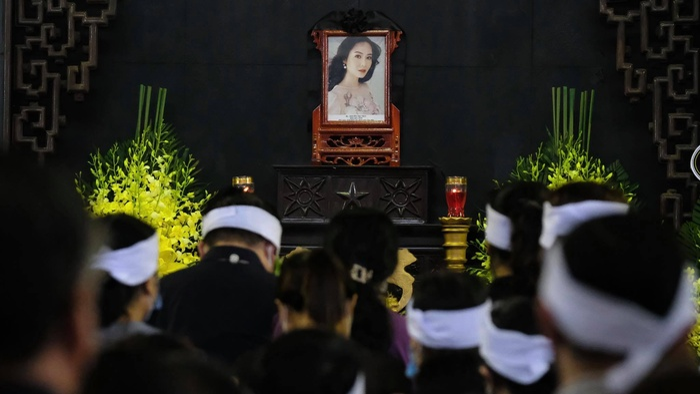 Tang lễ đẫm nước mắt của Hoa hậu Thu Thủy: Dòng người bật khóc tiễn đưa một 'hồng nhan bạc phận' Ảnh 6