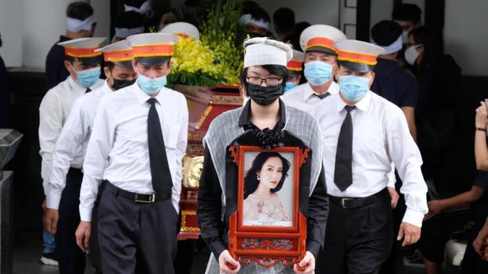 Tang lễ đẫm nước mắt của Hoa hậu Thu Thủy: Dòng người bật khóc tiễn đưa một 'hồng nhan bạc phận' Ảnh 3
