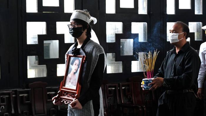 Đám tang Hoa hậu Thu Thủy: Hai con bật khóc, thẫn thờ bên di hài của mẹ Ảnh 6