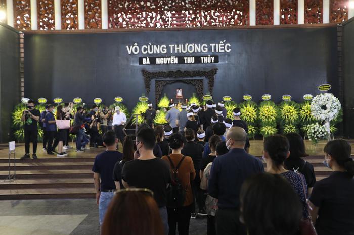 Đám tang Hoa hậu Thu Thủy: Hai con bật khóc, thẫn thờ bên di hài của mẹ Ảnh 1