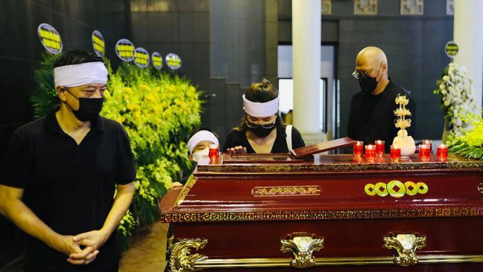 Đám tang Hoa hậu Thu Thủy: Hai con bật khóc, thẫn thờ bên di hài của mẹ Ảnh 9