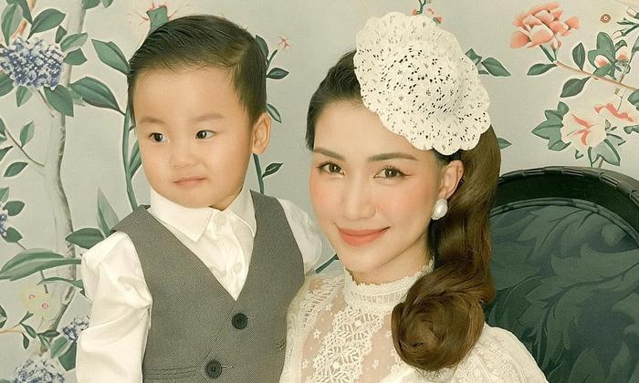 Hòa Minzy hát Đêm lao xao cùng bé Bo 'cưng muốn xỉu', thái độ 'xấu hổ' khi nhắc đến cậu Erik Ảnh 1