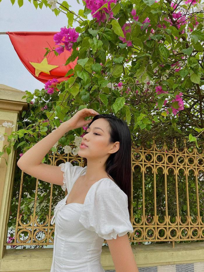 Đỗ Thị Hà nhận cơn mưa lời khen vì nhan sắc xinh đẹp khi khoe ảnh chụp tại nhà Ảnh 1
