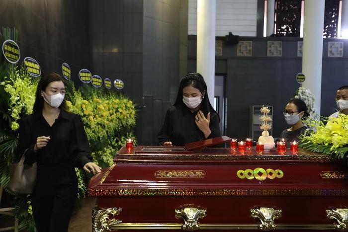 Đỗ Mỹ Linh, Ngọc Hân nén lòng trong tang lễ Hoa hậu Thu Thủy: Ai nấy đều nghẹn ngào, thương xót Ảnh 6