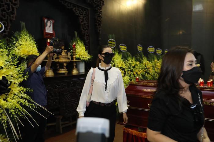 Đỗ Mỹ Linh, Ngọc Hân nén lòng trong tang lễ Hoa hậu Thu Thủy: Ai nấy cũng đều nghẹn ngào, thương xót Ảnh 7