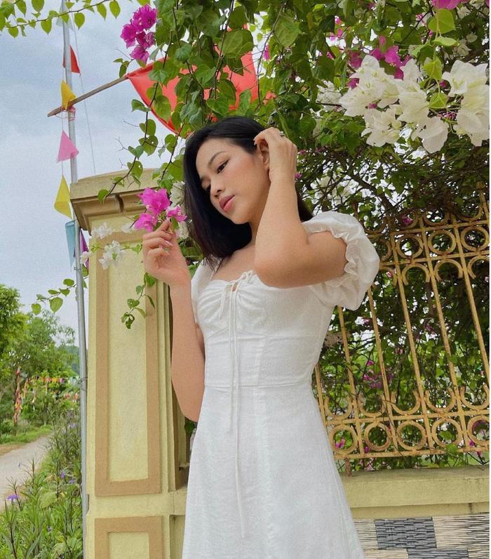 Hoa hậu Đỗ Thị Hà đi hái bưởi ở vườn nhà mà diện váy trắng xinh hết nấc Ảnh 4