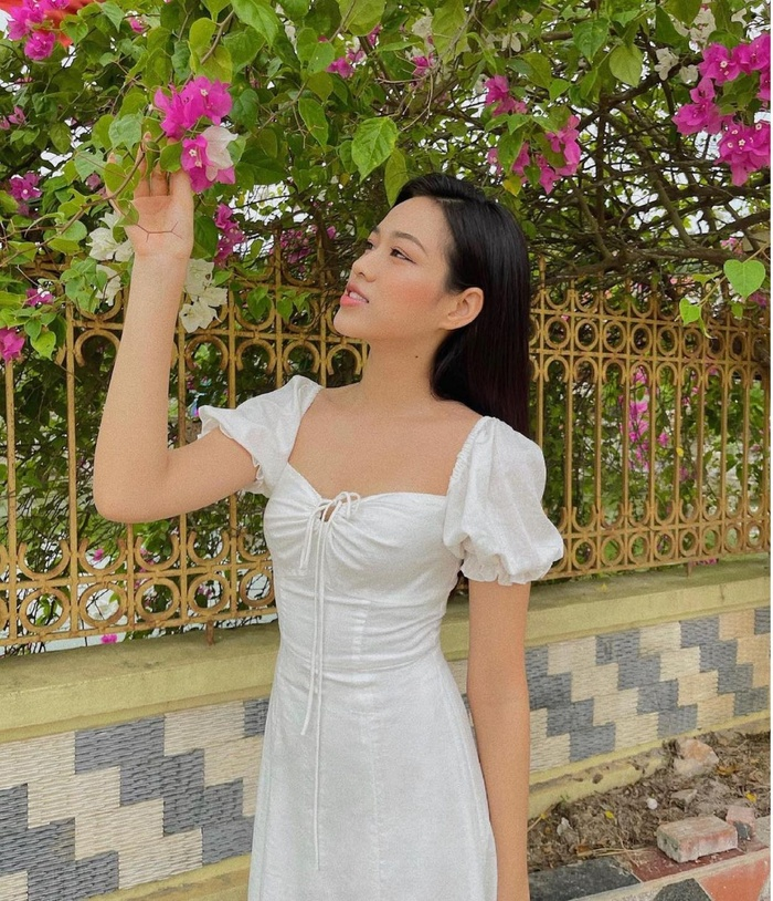 Hoa hậu Đỗ Thị Hà đi hái bưởi ở vườn nhà mà diện váy trắng xinh hết nấc Ảnh 6