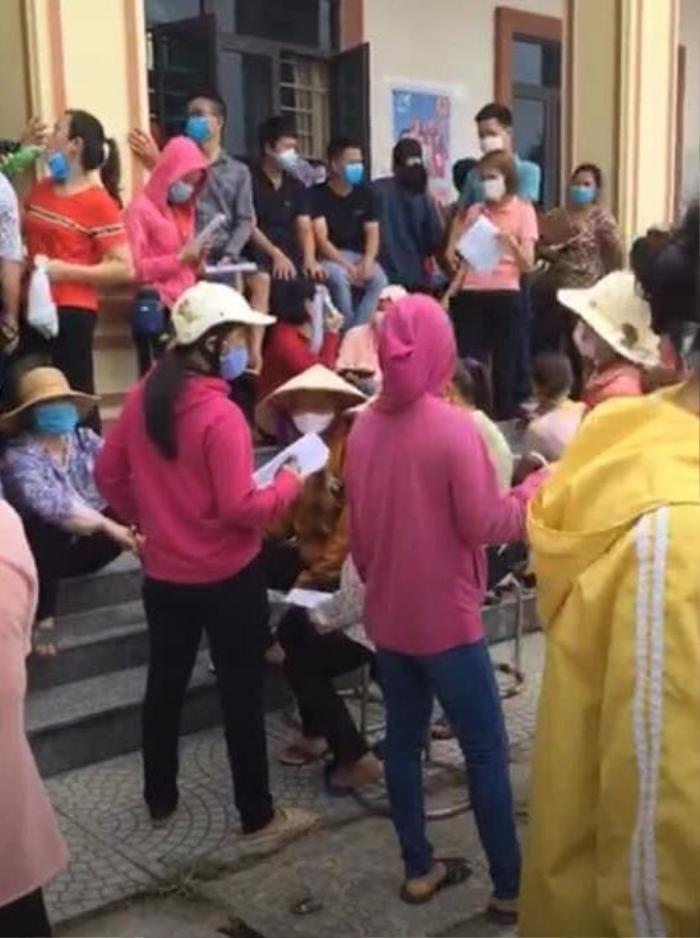 Bắc Giang: Người dân tập trung đi tiêm vaccine đông nghịt, huyện chỉ đạo tạm dừng tiêm để chấn chỉnh Ảnh 3