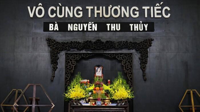 Xót lòng câu hỏi của con trai Hoa hậu Thu Thủy với em gái nhỏ trong đám tang của mẹ Ảnh 1