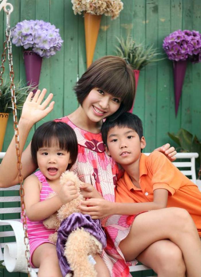 Xót lòng câu hỏi của con trai Hoa hậu Thu Thủy với em gái nhỏ trong đám tang của mẹ Ảnh 6