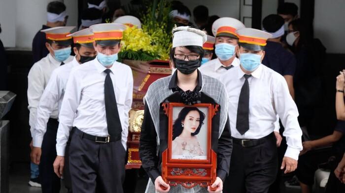 Xót lòng câu hỏi của con trai Hoa hậu Thu Thủy với em gái nhỏ trong đám tang của mẹ Ảnh 3
