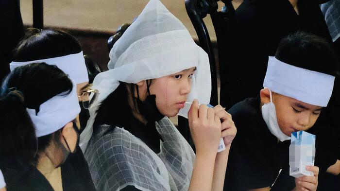Xót lòng câu hỏi của con trai Hoa hậu Thu Thủy với em gái nhỏ trong đám tang của mẹ Ảnh 4