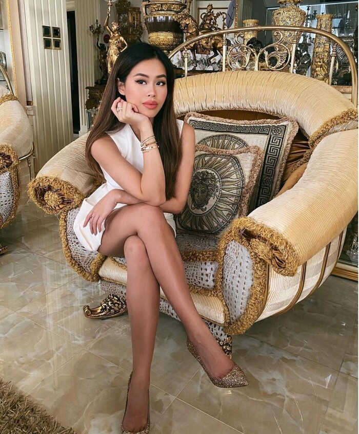 Em chồng Hà Tăng khoe combo vòng 1 và rãnh bụng chỉ để sống ảo bên cầu thang Ảnh 5