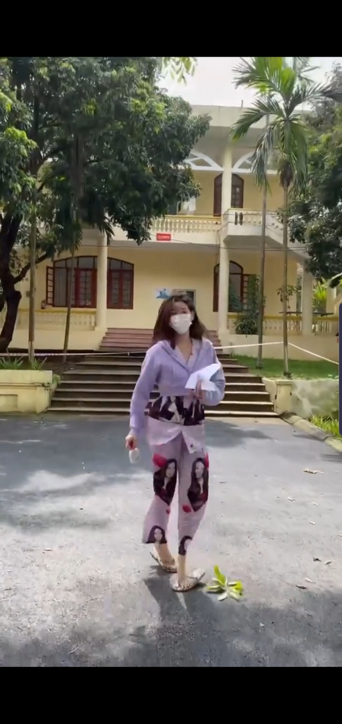 Khánh Vân 'chơi' nguyên cây đồ ngủ in hình bản thân khi đi cách ly, cực 'lầy lội' Ảnh 2