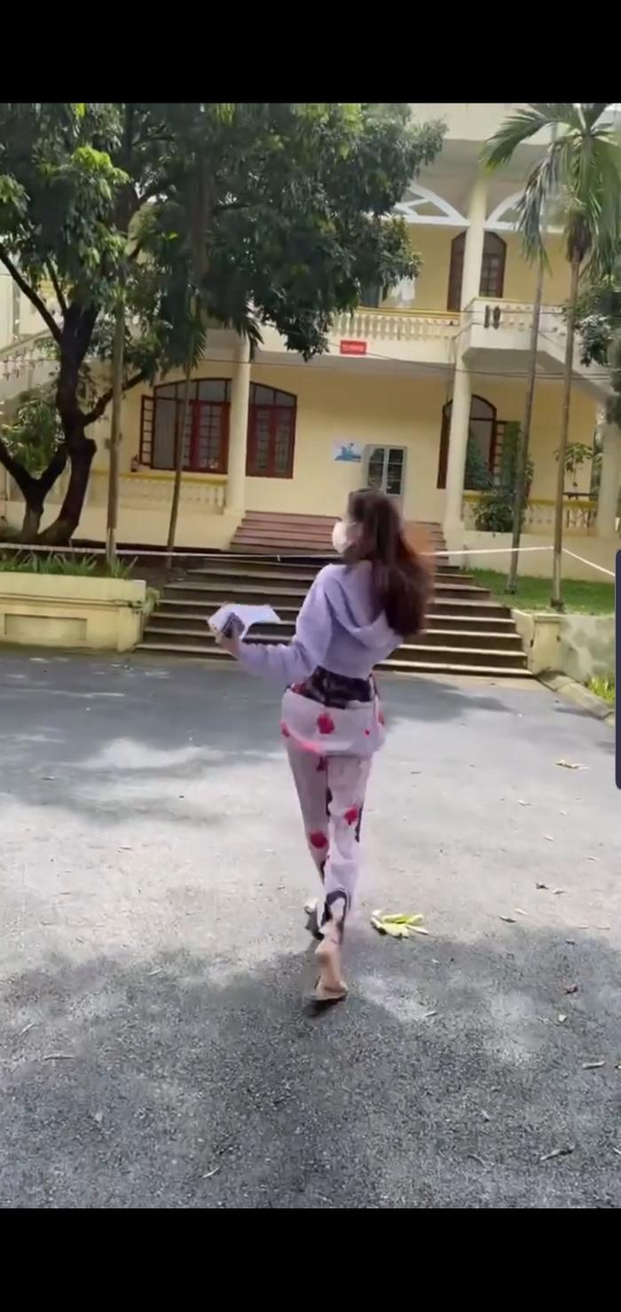 Khánh Vân 'chơi' nguyên cây đồ ngủ in hình bản thân khi đi cách ly, cực 'lầy lội' Ảnh 1