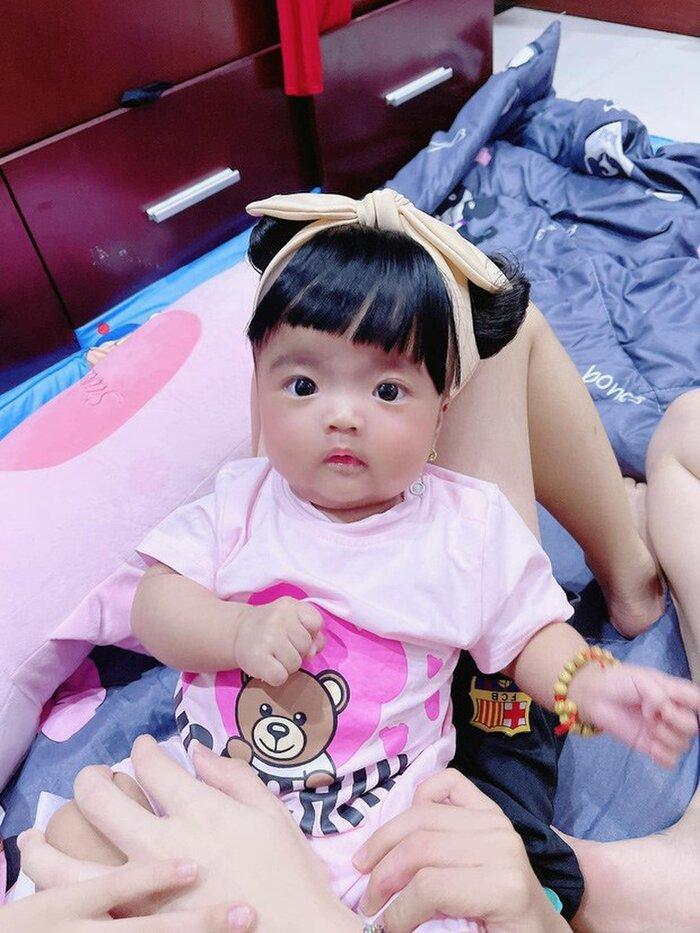 Hết chế tóc giả, vợ Mạc Văn Khoa chuyển sang dùng kẹp tóc làm điệu cho con gái Ảnh 6