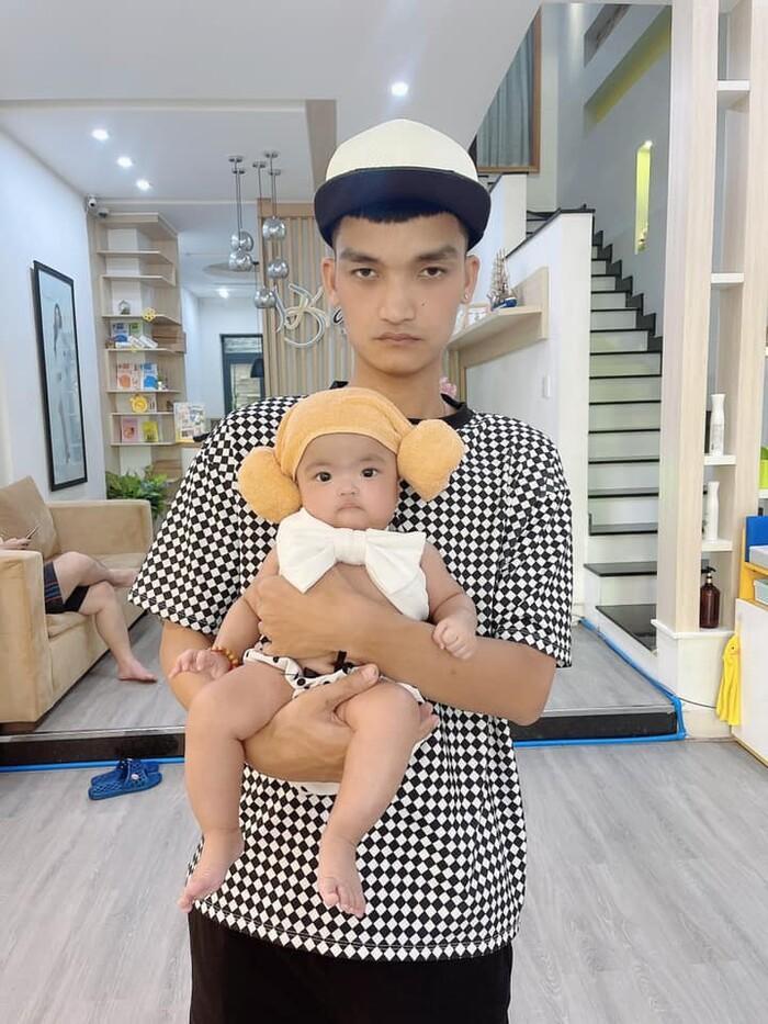 Hết chế tóc giả, vợ Mạc Văn Khoa chuyển sang dùng kẹp tóc làm điệu cho con gái Ảnh 9