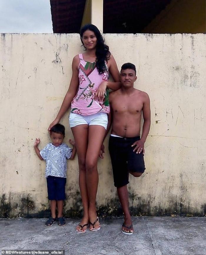 Cô gái 26 tuổi cao hơn 2 mét, từng phải bỏ học vì các bạn trêu chọc là 'người khổng lồ' Ảnh 2