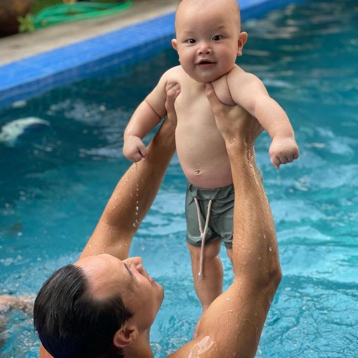 Hà Hồ khoe ảnh Leon tắm hồ bơi cùng ba Kim, bao nhiêu 'cơ bắp' và bụng mỡ đều bị phơi bày Ảnh 5