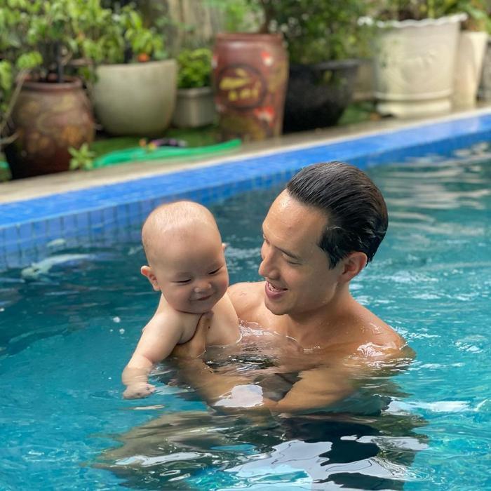 Hà Hồ khoe ảnh Leon tắm hồ bơi cùng ba Kim, bao nhiêu 'cơ bắp' và bụng mỡ đều bị phơi bày Ảnh 3