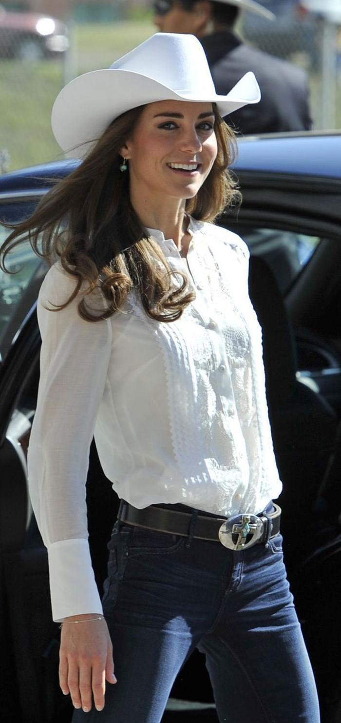 Công nương Kate Middleton mặc đồ đơn giản đi tiêm vắc-xin mà cũng 'cháy hàng' Ảnh 4
