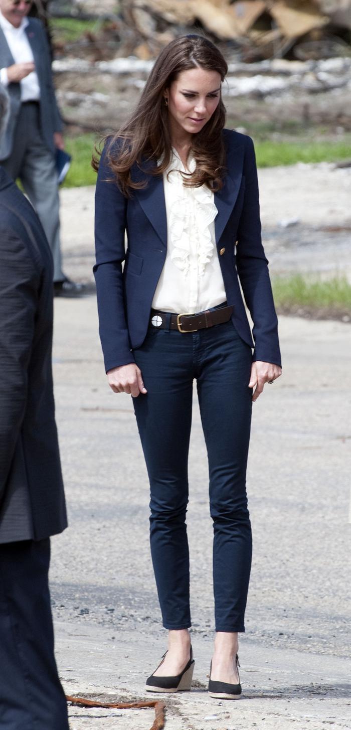 Công nương Kate Middleton mặc đồ đơn giản đi tiêm vắc-xin mà cũng 'cháy hàng' Ảnh 6