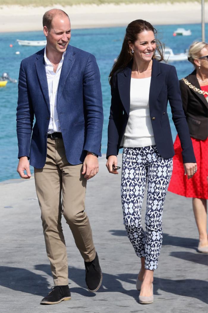 Công nương Kate Middleton mặc đồ đơn giản đi tiêm vắc-xin mà cũng 'cháy hàng' Ảnh 3