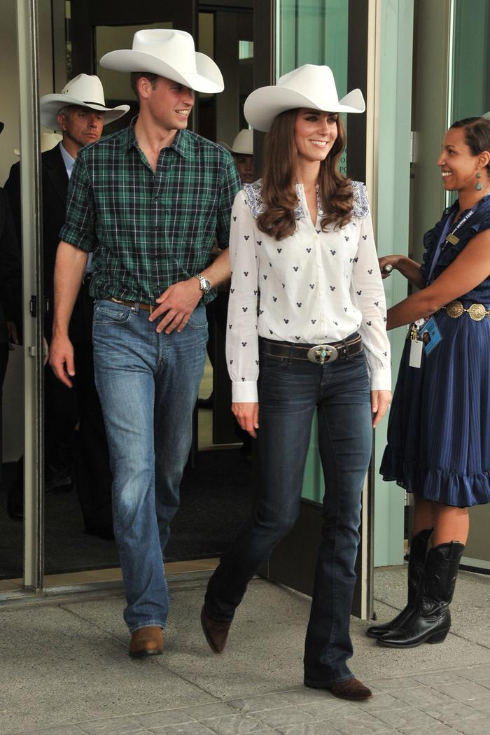 Công nương Kate Middleton mặc đồ đơn giản đi tiêm vắc-xin mà cũng 'cháy hàng' Ảnh 5