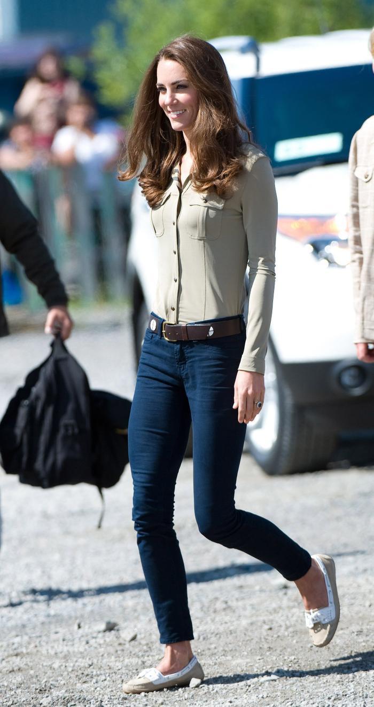 Công nương Kate Middleton mặc đồ đơn giản đi tiêm vắc-xin mà cũng 'cháy hàng' Ảnh 7