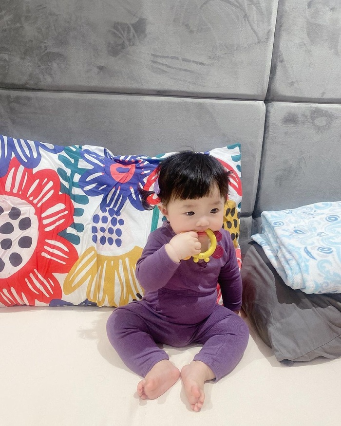 Đông Nhi cho Winnie mặc cây đồ tím lịm lộ nguyên bụng mỡ tròn lẳn siêu đáng yêu Ảnh 4