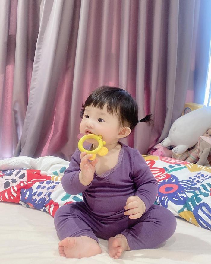 Đông Nhi cho Winnie mặc cây đồ tím lịm lộ nguyên bụng mỡ tròn lẳn siêu đáng yêu Ảnh 3