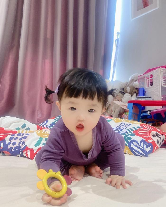 Đông Nhi cho Winnie mặc cây đồ tím lịm lộ nguyên bụng mỡ tròn lẳn siêu đáng yêu Ảnh 2