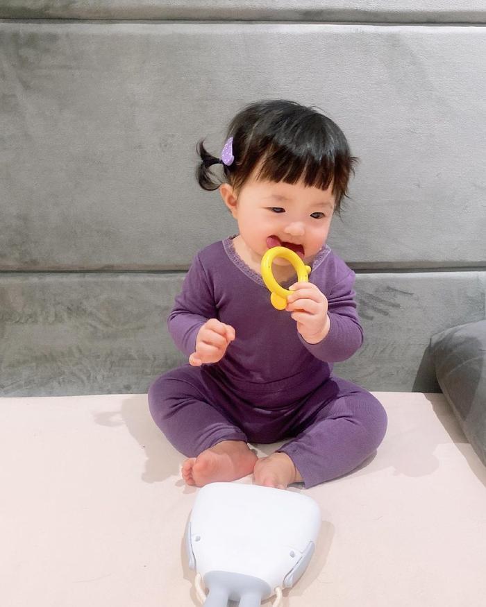 Đông Nhi cho Winnie mặc cây đồ tím lịm lộ nguyên bụng mỡ tròn lẳn siêu đáng yêu Ảnh 5