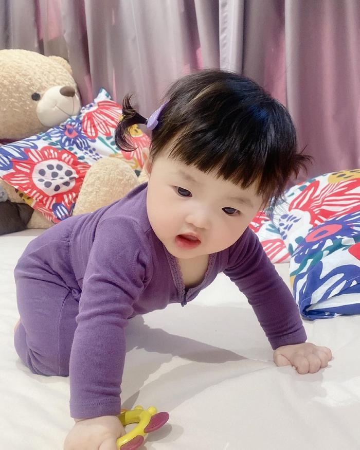 Đông Nhi cho Winnie mặc cây đồ tím lịm lộ nguyên bụng mỡ tròn lẳn siêu đáng yêu Ảnh 9