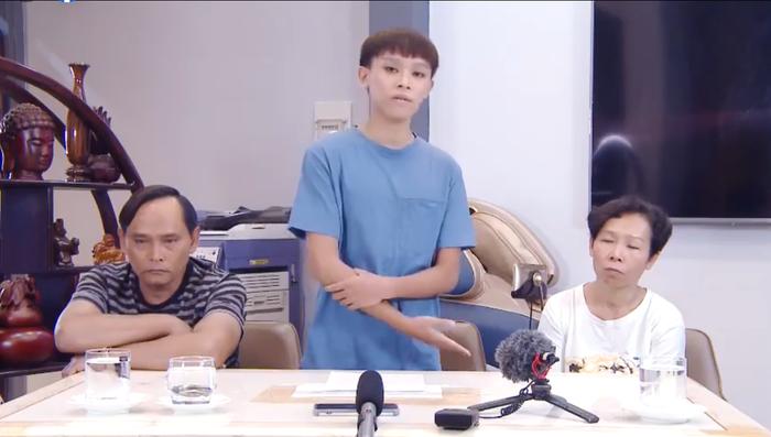Hồ Văn Cường hốc hác xuất hiện cùng bố mẹ ruột, lên tiếng về ồn ào của ca sĩ Phi Nhung và 'cậu IT' Ảnh 1