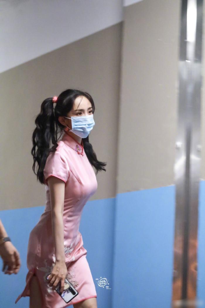 Diện áo croptop, vòng eo nhỏ xíu của Dương Mịch khiến trợ lý nhìn dán mắt không rời Ảnh 6