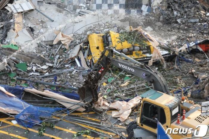 Clip: Tòa nhà 5 tầng ở Hàn Quốc đổ sập rồi đè nát xe buýt, cảnh hiện trường khiến nhiều người ám ảnh Ảnh 2