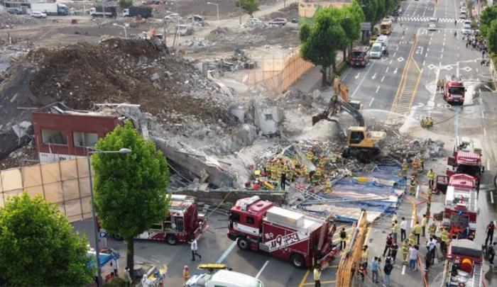 Clip: Tòa nhà 5 tầng ở Hàn Quốc đổ sập rồi đè nát xe buýt, cảnh hiện trường khiến nhiều người ám ảnh Ảnh 3