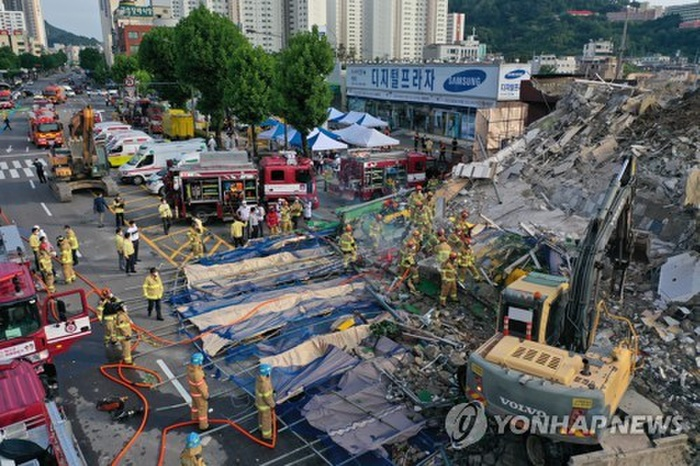 Clip: Tòa nhà 5 tầng ở Hàn Quốc đổ sập rồi đè nát xe buýt, cảnh hiện trường khiến nhiều người ám ảnh Ảnh 5