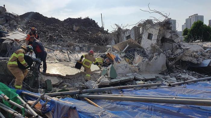 Clip: Tòa nhà 5 tầng ở Hàn Quốc đổ sập rồi đè nát xe buýt, cảnh hiện trường khiến nhiều người ám ảnh Ảnh 6