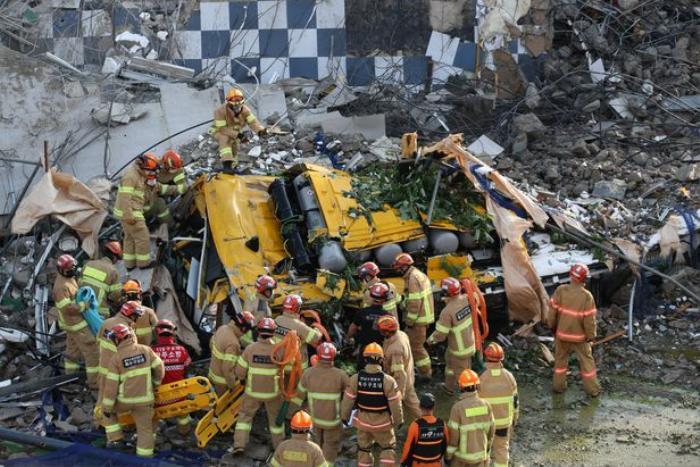 Clip: Tòa nhà 5 tầng ở Hàn Quốc đổ sập rồi đè nát xe buýt, cảnh hiện trường khiến nhiều người ám ảnh Ảnh 7