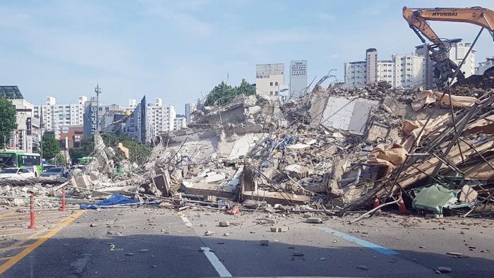 Clip: Tòa nhà 5 tầng ở Hàn Quốc đổ sập rồi đè nát xe buýt, cảnh hiện trường khiến nhiều người ám ảnh Ảnh 4